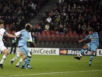 Momento en el que Heinze empalma el balón para marcar el tanto de la victoria.