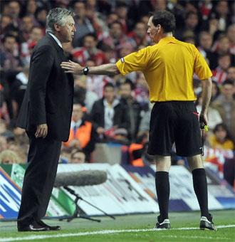 Ancelotti conversa con el árbitro durante el partido contra el Atlético.