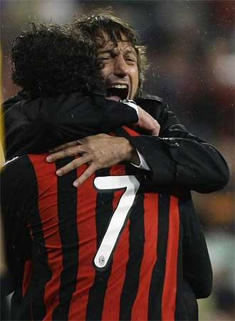 Leonardo se abraza con Pato tras uno de los goles de éste.