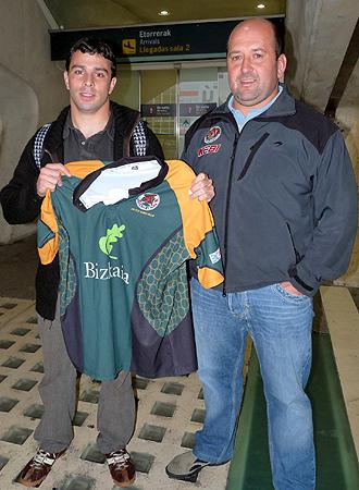 Solern�, a la izquierda de la foto con su nueva camiseta, fue recibido en el aeropuerto por Asier Lauzirika, jugador del primer equipo y miembro de la directiva del club vizca�no