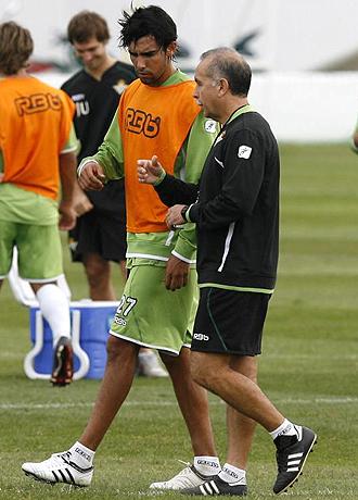Juande charla con Antonio Tapia durante el entrenamiento del Betis del pasado martes