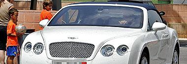 Edu, saliendo de la Ciudad Deportiva de Paterna en su automóvil