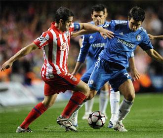Antonio López lucha por el balón con Deco.