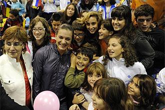 Isinbayeva, rodeada de ni�os en un acto en Aviles