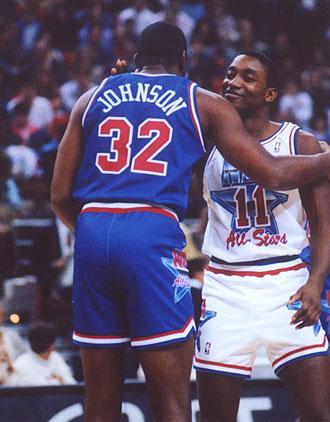 Isiah Thomas y Magic Johnson besándose antes de un All Star