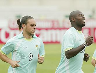 Eman� y Sergio Garc�a, en la imagen durante un entrenamiento del Betis, son la cara y cruz del Betis; el camerun�s no viaja, el catal�n, s�
