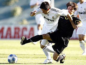 Carlos Javier Acu�a se lleva un bal�n en un lance de un Castilla-Alcal� de esta misma temporada.