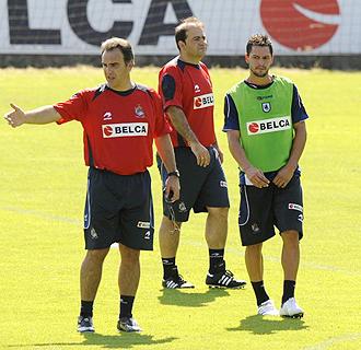 Mart�n Lasarte, dirigiendo un entrenamiento de la Real Sociedad de esta temporada en presencia de De la Bella, que podr�a volver al once titular