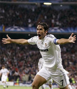 Raúl celebra un gol ante el Milan en Champions.