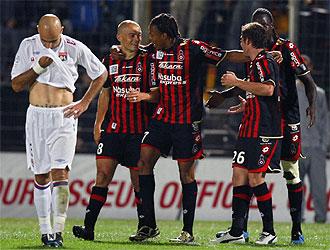 Los jugadores del Niza celebran un gol ante el Lyon.