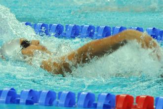 Esther Morales compitiendo en los 100 metros espalda.