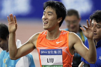 Liu Xiang celebra su victoria.
