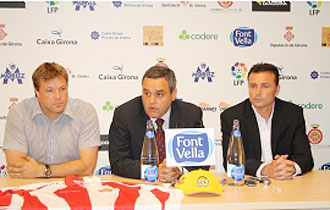 Cristobal Parralo, en la foto el d�a de su presentaci�n como nuevo entrenador del Girona, junto al presidente Josep Gus� (en el centro) y el director deportivo Javier Salamero (a la izquierda)