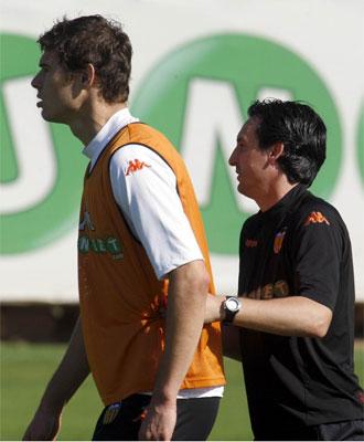 Emery da órdenes a Zigic durante un entrenamiento.