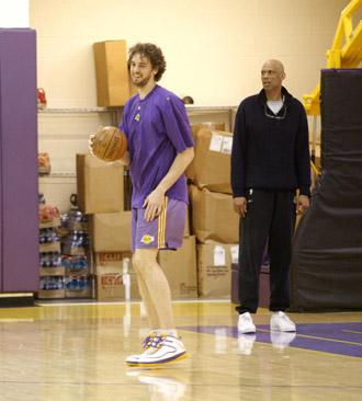 Kareem Abdul-Jabbar, junto a Pau Gasol en un entrenamiento de los Lakers.