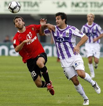 Víctor Casadesús y Antonio Barragán disputando un balón en el partido de Liga
