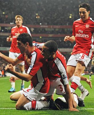 Fran Mérida celebra su tanto con el Arsenal ante el Liverpool