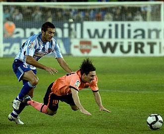 Xavi Torres pelea por un balón con Messi