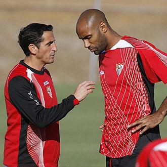 Jiménez y Kanouté hablan en un entrenamiento