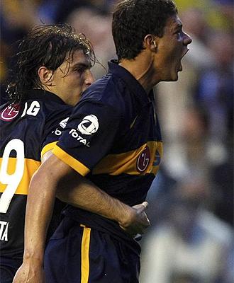 El jugador de Boca Juniors, Battaglia, celebra un gol
