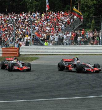Hamilton y Kovalainen luchan durante una carrera