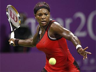 Serena Williams golpea una bola en Doha