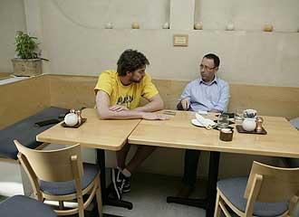 Pau Gasol y Jesús Sánchez durante la entrevista.