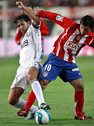 Raúl y Agüero disputan un balón durante un derbi