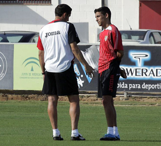 Jim�nez y Navas charlan durante un entrenamiento.