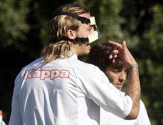 Alexis entrenándose con máscara protectora