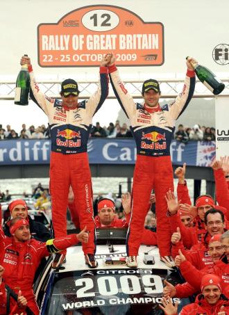 Loeb y su copiloto, Elena, celebran el t�tulo en Gran Breta�a el pasado fin de semana.