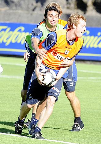 Zurutuza, peleando por un bal�n con Carlos Bueno durante un entrenamiento de la Real Sociedad en esta pretemporada, es una de las bajas de la Real en Alicante