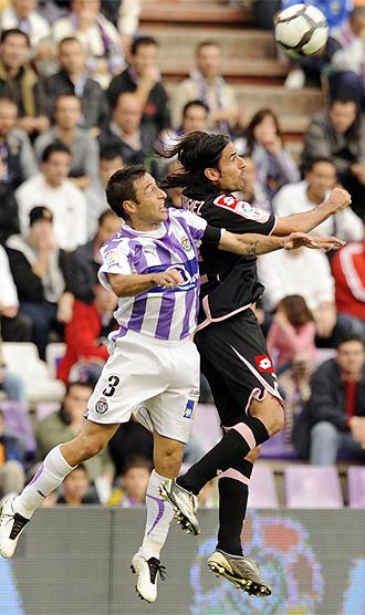 Marcos salta a por un balón ante el Depor