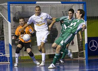 Ortiz y Borja disputan un bal�n con el jugador de Marfil Rafa Mu�oz