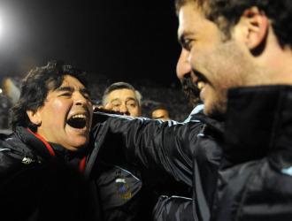 Maradona se dispone a abrazar a Higua�n