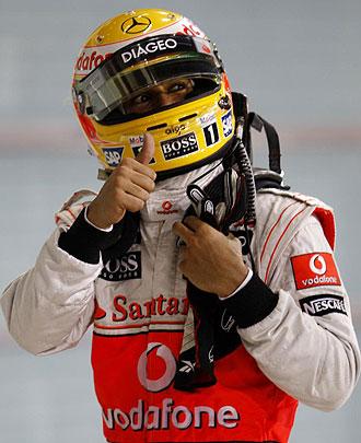 Lewis Hamilton celebra su 'pole' en Yas Marina.