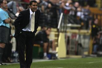 Ernesto Valverde dando instrucciones a los suyos ante el Tenerife.