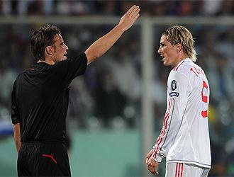 El árbitro Felix Brych discute con Torres