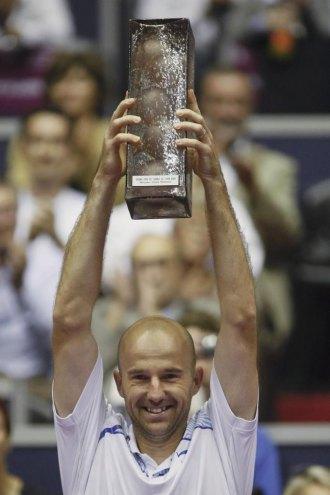 Ivan Ljubicic posa con el trofeo de campeón en Lyon.