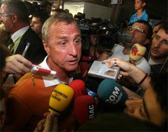 Cruyff atendiendo a los medios en una imagen de archivo