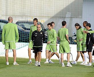 Tapia pudo dirigir un nuevo entrenamiento del Betis tras varios días sin ejercitarse los verdiblancos