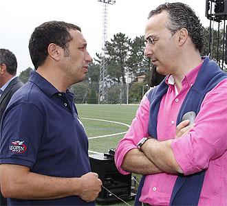 Eusebio y Torrecilla hablan en un entrenamiento.