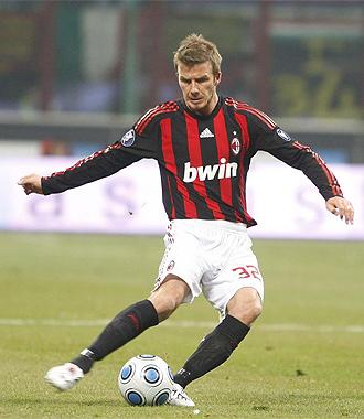Beckham golpea el balón en su anterior etapa de 'rossonero'