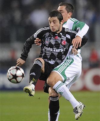 Nihat Kahveci controla un balón ante Marcel Schaefer