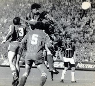 Rijkaard anota el 2-0 tras sobreponerse a la defensa madridista.