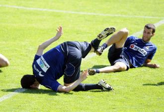 Mikel Gonz�lez bromea en un entrenamieto de la Real.