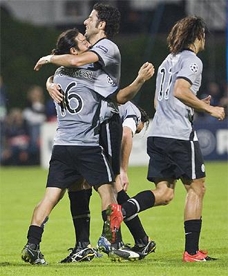 Camoranesi celebra su gol en Tel Aviv