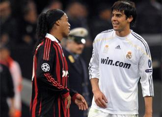 Ronaldinho saluda al final del partido a Kaká, protagonista del partido en su regreso a San Siro