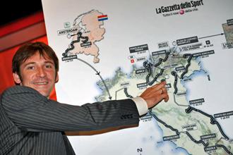 Dennis Menchov, actual vencedor del Giro de Italia, durante la presentaci�n de la pr�xima edici�n.
