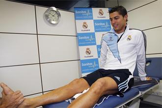 Cristiano siendo tratado de su tobillo.